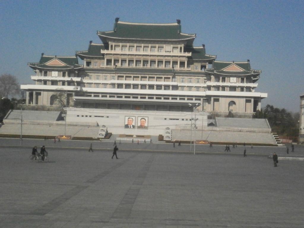 金日成広場「一糸乱れぬ軍事パレード」を支えるのは… |2016年北朝鮮旅行#4