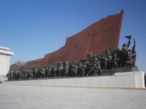 ▲銅像に向かって右サイドは農民や労働者などの人民の群れ
