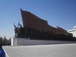 ▲銅像に向かって左サイドは軍服を着た朝鮮人民軍の群れ。 撮影:@fd_a_